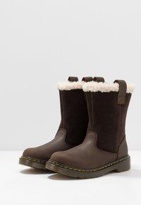 Dr. Martens - JUNEY JUNIOR - Winter boots - dark brown - 3