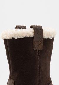Dr. Martens - JUNEY JUNIOR - Winter boots - dark brown - 2
