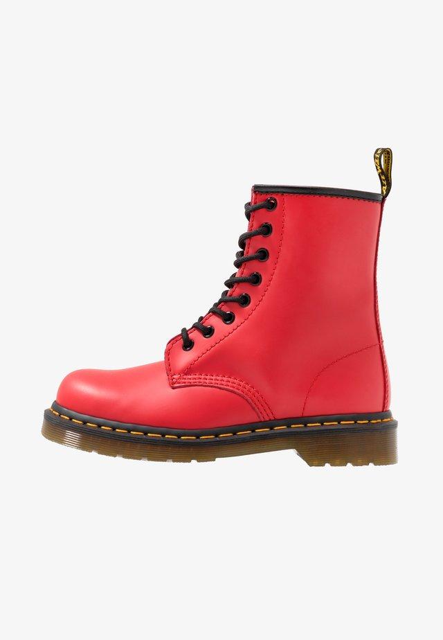 1460 8 EYE BOOT UNISEX - Nauhalliset nilkkurit - satchel red