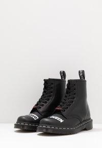 Dr. Martens - 1460 SEX PISTOLS - Šněrovací kotníkové boty - black - 2
