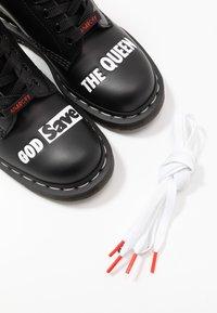 Dr. Martens - 1460 SEX PISTOLS - Šněrovací kotníkové boty - black - 5