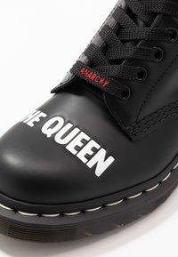 Dr. Martens - 1460 SEX PISTOLS - Šněrovací kotníkové boty - black - 6