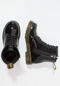 Dr. Martens - 1460 J PATENT - Lace-up ankle boots - schwarz - 0