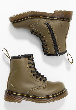 1460 8-EYE BOOT - Bottines - olive