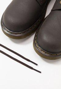 Dr. Martens - 1460 WILDHORSE LAMPER - Botki sznurowane - dark brown - 6