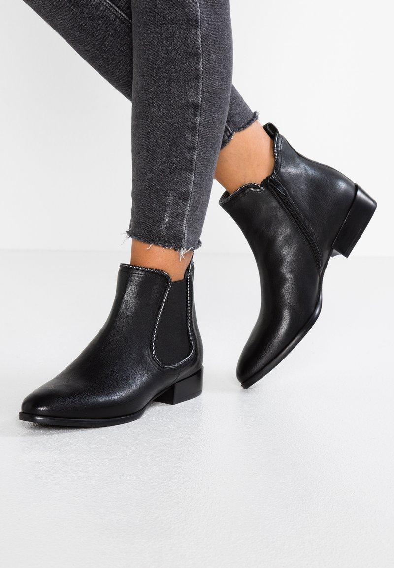 Donna Carolina - Ankle boots - poncho nero