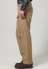 DOCKERS - D1 WEAR THE PANTS - Pantalones chinos - beige - 2