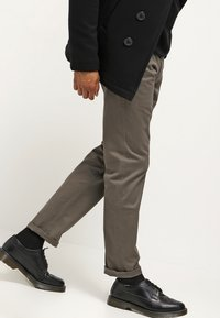 DOCKERS - ALPHA ORIGINAL SLIM TAPERED - Trousers - dark pebble core - 3