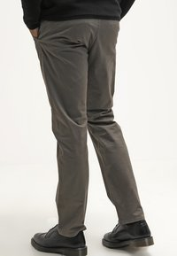 DOCKERS - ALPHA ORIGINAL SLIM TAPERED - Trousers - dark pebble core - 2