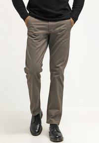 DOCKERS - ALPHA ORIGINAL SLIM TAPERED - Trousers - dark pebble core - 0