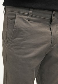 DOCKERS - ALPHA ORIGINAL SLIM TAPERED - Trousers - dark pebble core - 5
