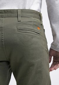 DOCKERS - ALPHA ORIGINAL - Pantalon classique - olive core - 5