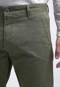 DOCKERS - ALPHA ORIGINAL - Pantalon classique - olive core - 4
