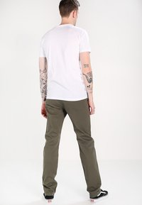 DOCKERS - SMART 360 FLEX ALPHA SLIM - LIGHTWEIGHT TEXTURED - Chinot - dockers olive - 3