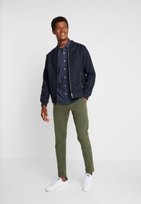 DOCKERS - SMART 360 FLEX ALPHA SKINNY - Chino - olive - 1