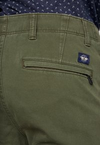 DOCKERS - SMART 360 FLEX ALPHA SKINNY - Chino - olive - 4