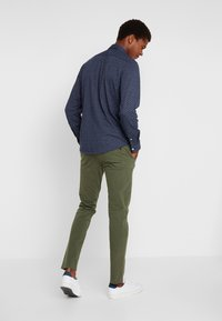 DOCKERS - SMART 360 FLEX ALPHA SKINNY - Chino - olive - 2
