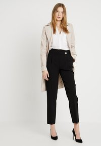 Dorothy Perkins Tall - BUTTON DETAIL TAPERED TROUSER - Broek - black - 1