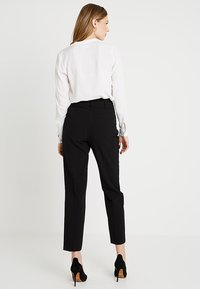 Dorothy Perkins Tall - BUTTON DETAIL TAPERED TROUSER - Broek - black - 2