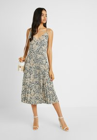 Dorothy Perkins Tall - CAMO ANIMAL PLEATED STRAPPY MIDI - Vardagsklänning - khaki - 2