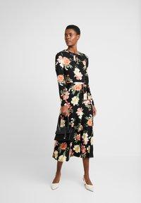 Dorothy Perkins Tall - FLORAL KEYHOLE DRESS - Maxikjole - black - 2