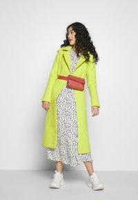 Dorothy Perkins Tall - SPOT PRINT SMOCK DRESS - Korte jurk - white - 1