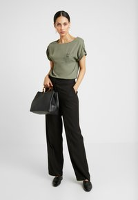 Dorothy Perkins Tall - PLAIN SOFT TEE - Blouse - khaki - 1