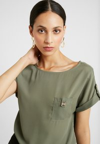 Dorothy Perkins Tall - PLAIN SOFT TEE - Blouse - khaki - 3