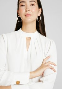 Dorothy Perkins Tall - PLAIN PLEAT NECK LONG SLEEVE - Bluzka - ivory - 4
