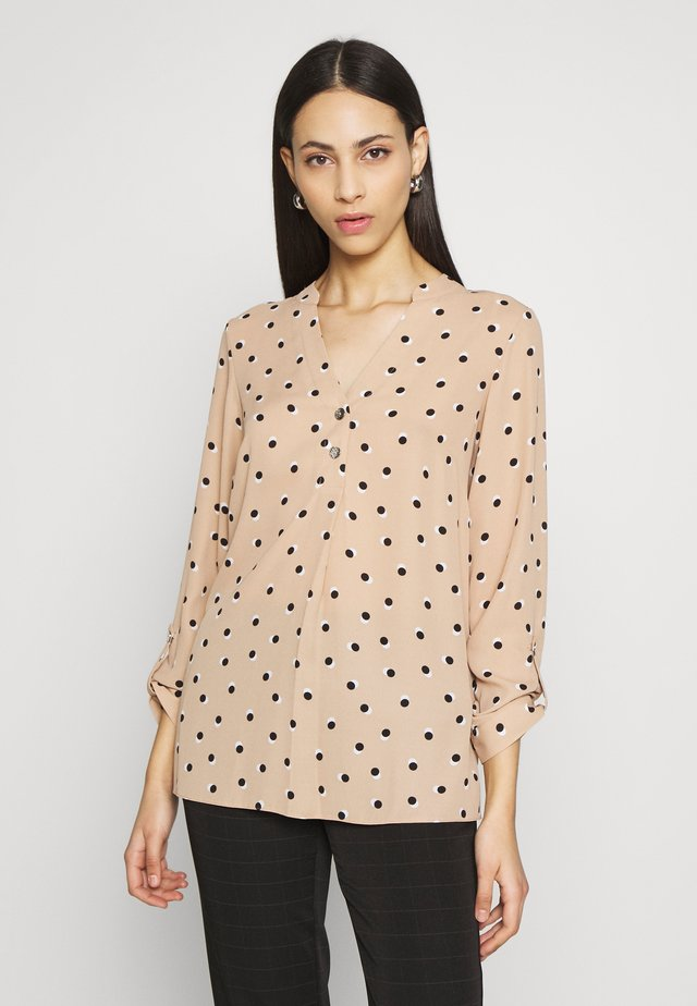 SPOT DOUBLE BUTTON COLLARLESS ROLL SLEEVE - Blus - camel