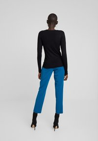 Dorothy Perkins Tall - BUTTON CUFF FINE GAUGE JUMPER - Sweter - black - 2