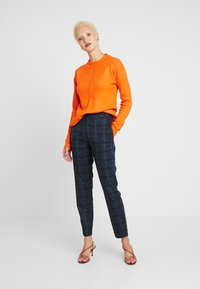 Dorothy Perkins Tall - STEP HEM MID GAUGE JUMPER - Stickad tröja - orange - 1