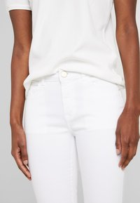 Dorothy Perkins Tall - KNEE - Szorty jeansowe - white - 4
