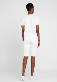 Dorothy Perkins Tall - KNEE - Szorty jeansowe - white - 2