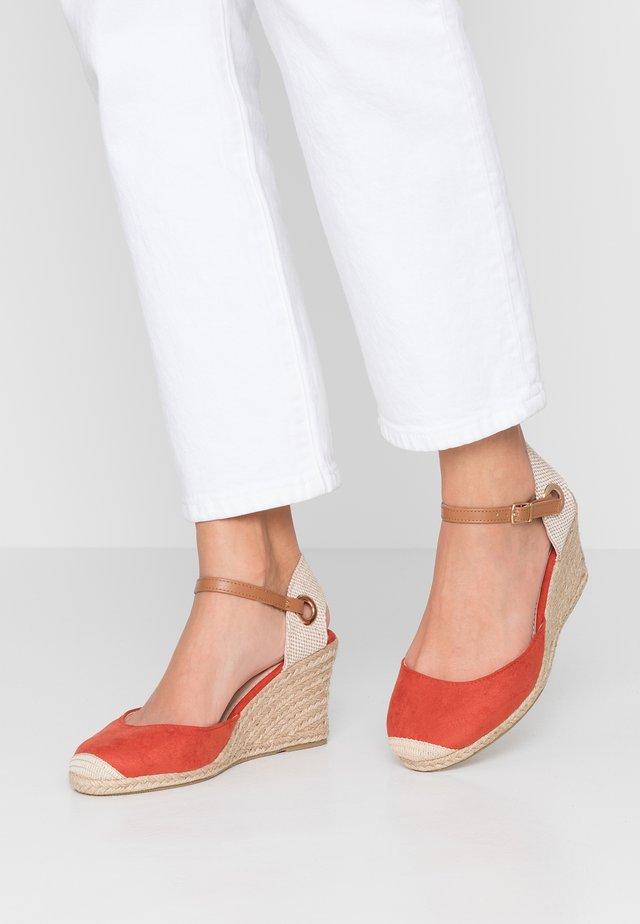 WIDE FIT RAYA - Sandaletter med kilklack - rust