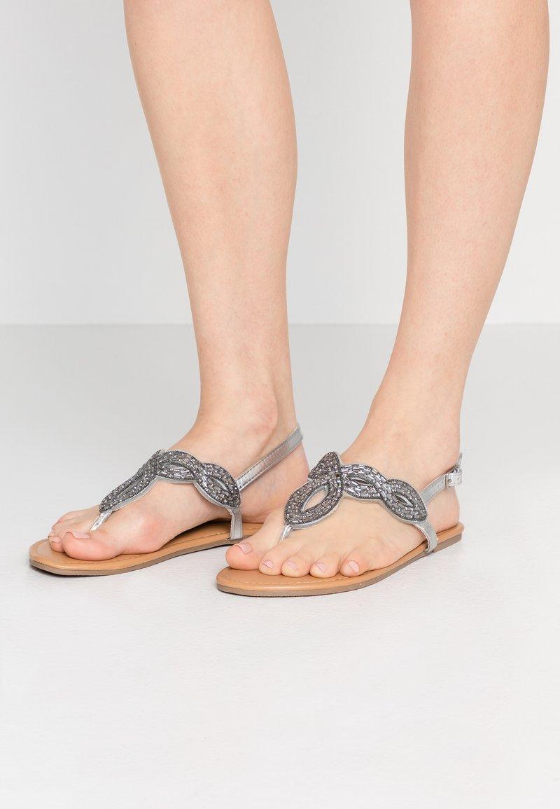 Dorothy Perkins Wide Fit - WIDE FIT FREDDY - Sandály s odděleným palcem - silver