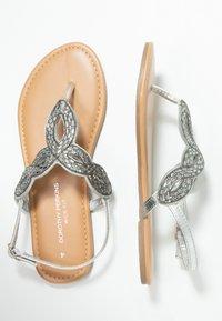 Dorothy Perkins Wide Fit - WIDE FIT FREDDY - Sandály s odděleným palcem - silver - 3