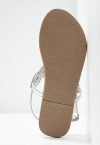 Dorothy Perkins Wide Fit - WIDE FIT FREDDY - Sandály s odděleným palcem - silver - 6