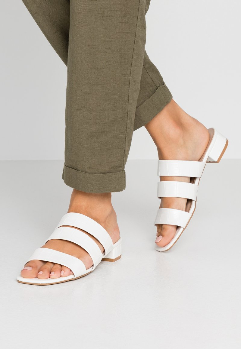 Dorothy Perkins Wide Fit - WIDE FIT STORMY TRIPLE STRAP - Pantolette flach - white