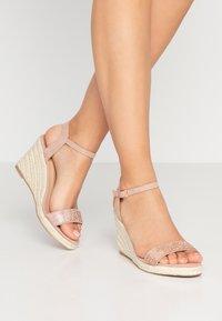 Dorothy Perkins Wide Fit - WIDE FIT RHIA STRAP WEDGE - Sandály na vysokém podpatku - blush - 0