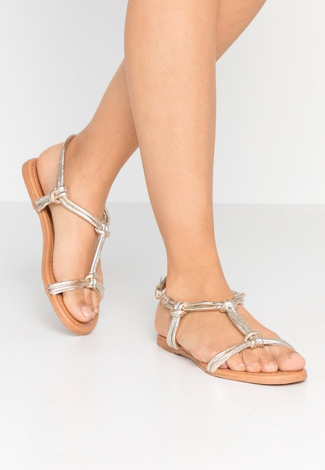 WIDE FIT JOJO TUBULAR TOE POST - Sandales - gold