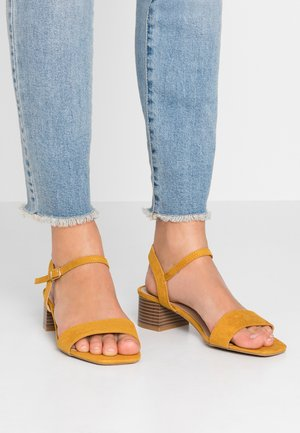 WIDE FIT BRIGHT SQUARE TOE BLOCK HEEL - Sandały - mustard