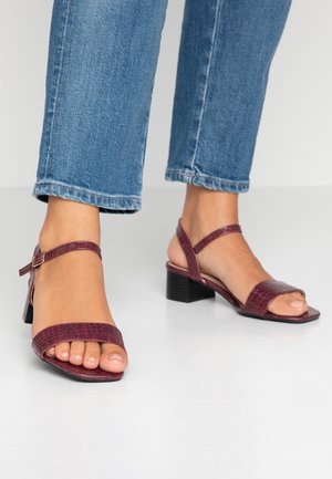 WIDE FIT BRIGHT SQUARE TOE BLOCK HEEL - Sandály - burgundy