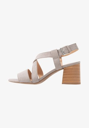 WIDE FIT BEAMER EASY CROSS OVER STACK HEEL - Sandały - grey