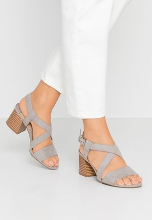 WIDE FIT BEAMER EASY CROSS OVER STACK HEEL - Sandales - grey
