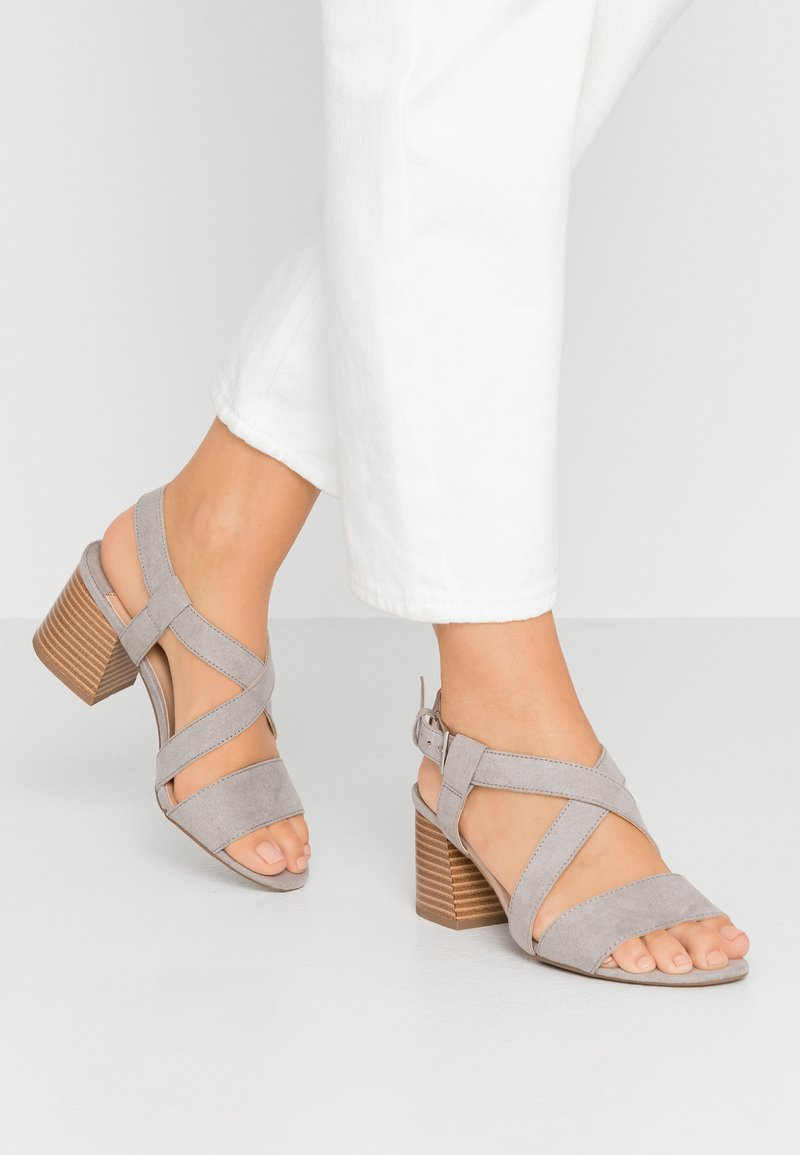 Dorothy Perkins Wide Fit - WIDE FIT BEAMER EASY CROSS OVER STACK HEEL - Riemensandalette - grey