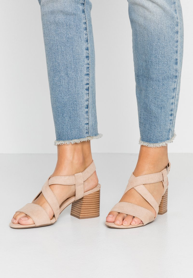 Dorothy Perkins Wide Fit - WIDE FIT BEAMER EASY CROSS OVER STACK HEEL - Sandály - nude