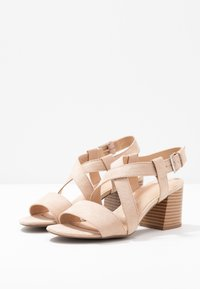 Dorothy Perkins Wide Fit - WIDE FIT BEAMER EASY CROSS OVER STACK HEEL - Sandály - nude - 4