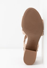 Dorothy Perkins Wide Fit - WIDE FIT BEAMER EASY CROSS OVER STACK HEEL - Sandály - nude - 6