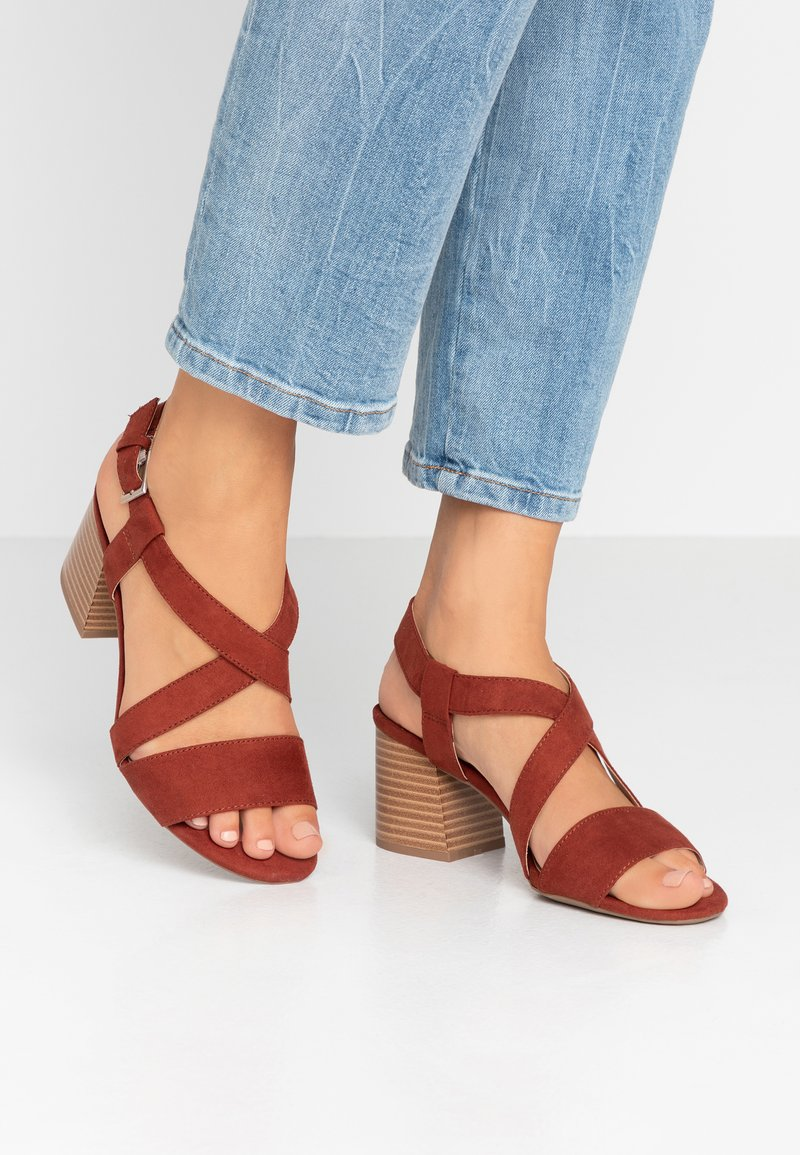 Dorothy Perkins Wide Fit - WIDE FIT BEAMER EASY CROSS OVER STACK HEEL - Sandály - conker